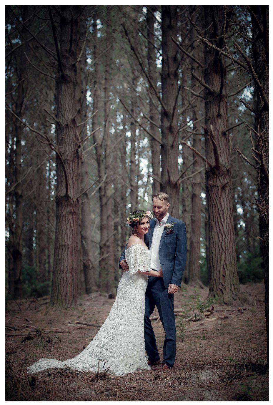 Bride and groom amoung huge trees, Riverhead Forrest wedding photo, Kumeu Valley creative wedding photo