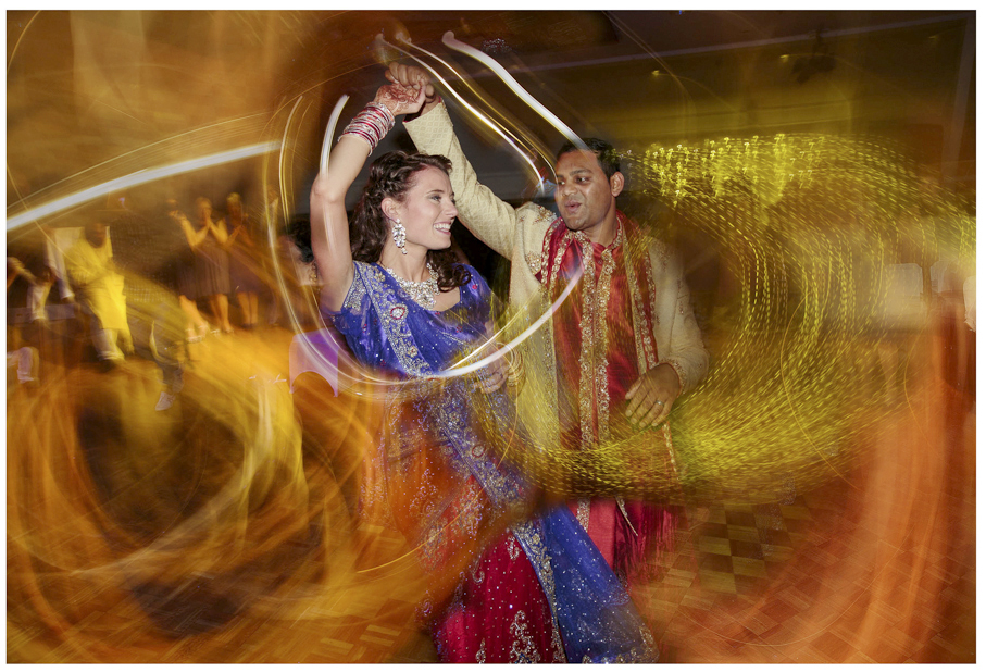 Wedding-photo-Bride-and-groom-in-traditional-Indian-dress-first-dance